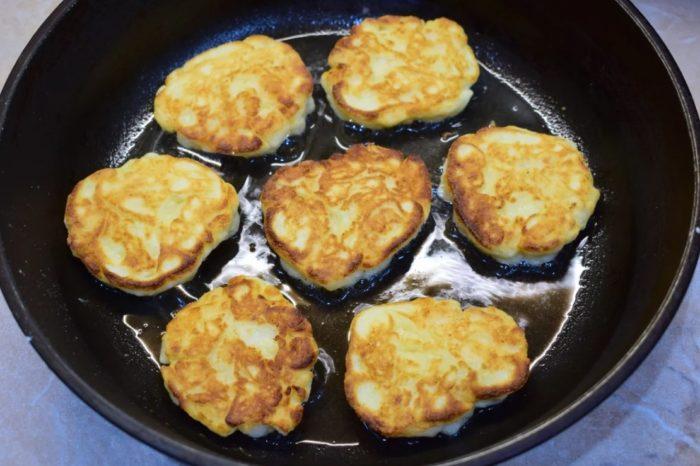 фото жарки яблочных сырников на сковороде