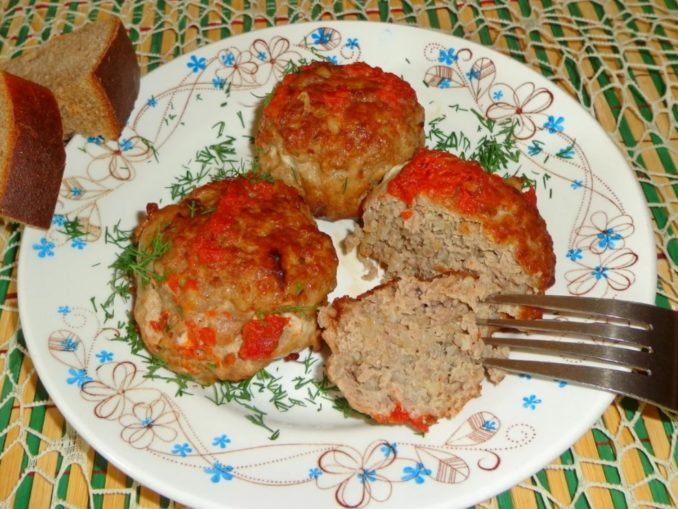 Тефтели из свиного фарша с булгуром в томатном соусе