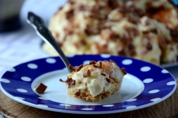 фото кусочка слоеного торта с кремом из масла и сгущенки