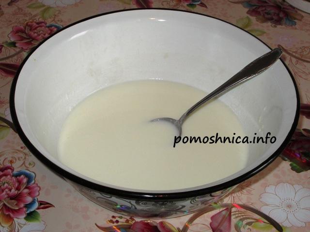 яблочные блинчики наливаем в миску молоко