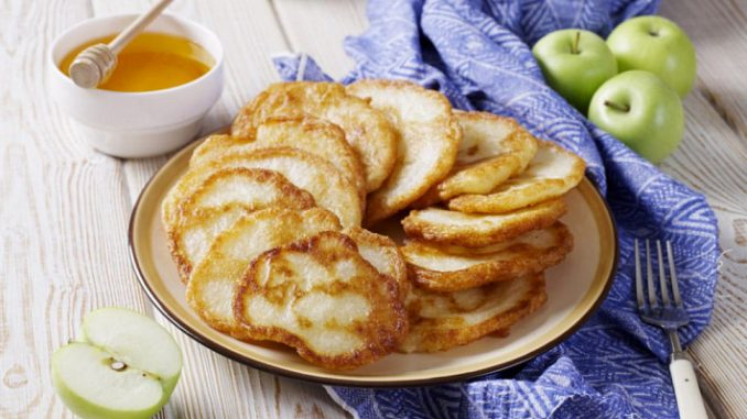 Яблочные оладьи на ряженке или кефире, простые и вкусные
