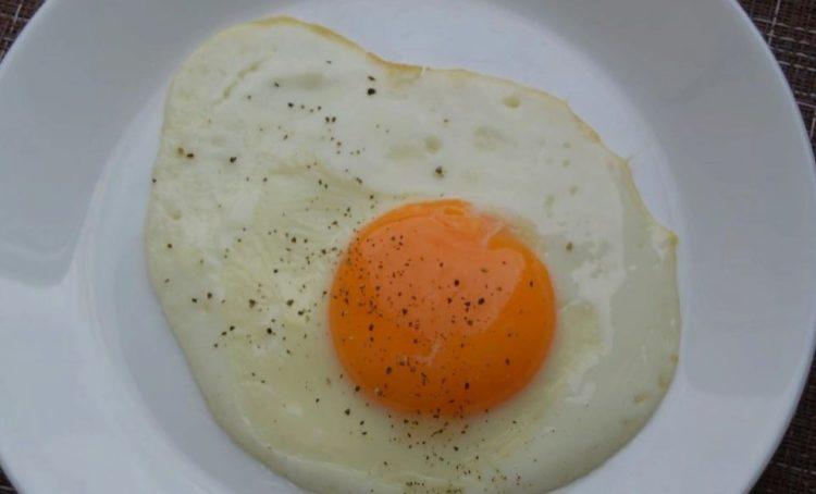 фото красиво приготовленной яичницы с жидким желтком