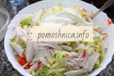 заправляем салат из крабовых палочек с капустой